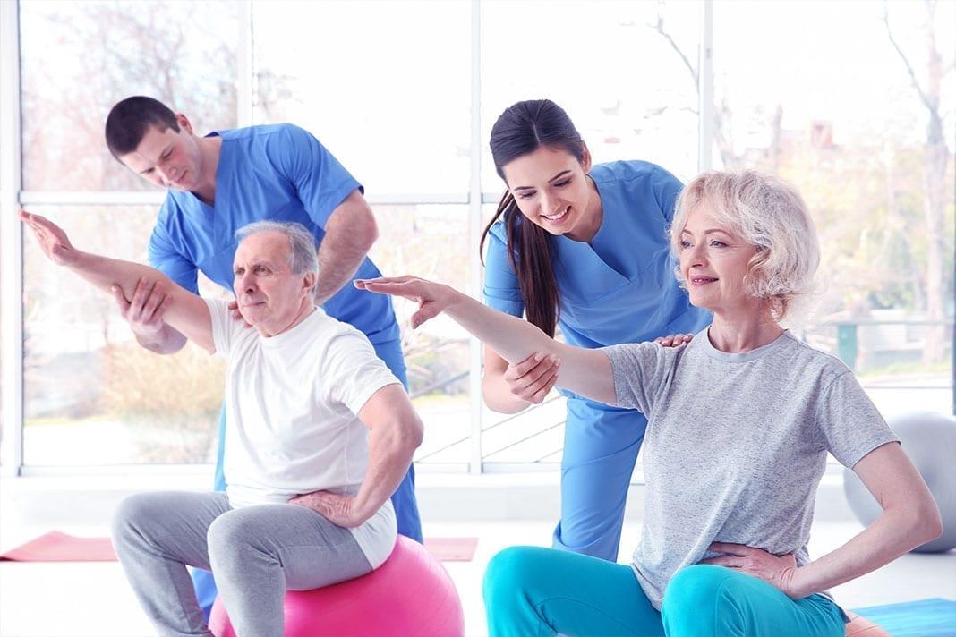 ixformance Klinik Zirkel Zielgruppe 50 Plus - 2 ältere Leute bei der Bewegungstherapie