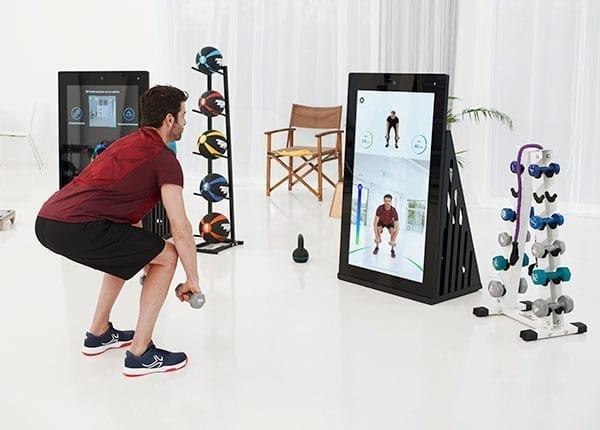 Mann trainiert an der Pixformance Station, digitales Trainingsgeraet fuer funktionelles Training