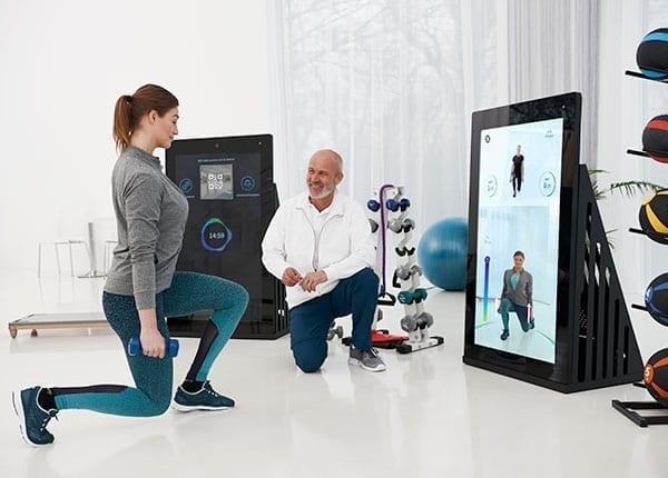 Patientin und Therapeut beim Training an der Pixformance Station, eHealth, Telereha