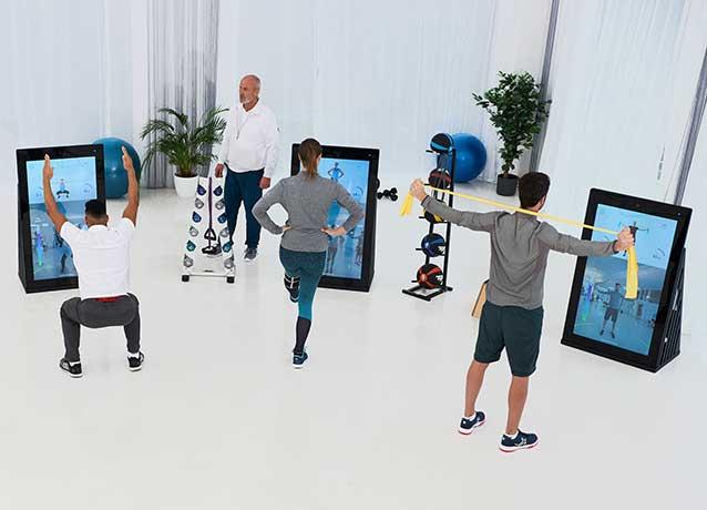 Patienten einer Physiotherapiepraxis trainieren mit Pixformance