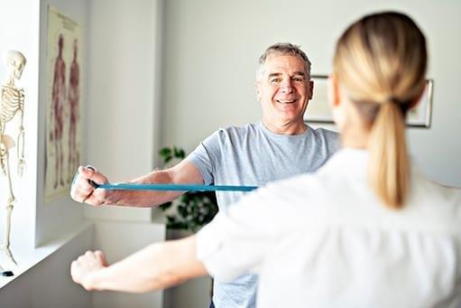 Besonders ältere Patientinnen und Patienten in der Physiotherapie sind vor dem Coronavirus gefährdet.